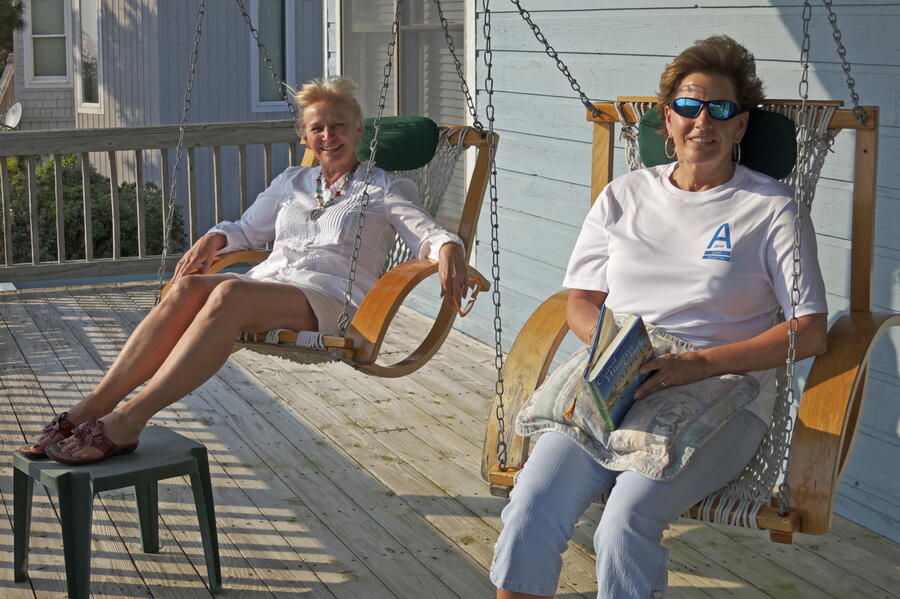 17 Peggy & Alice soak up the rays